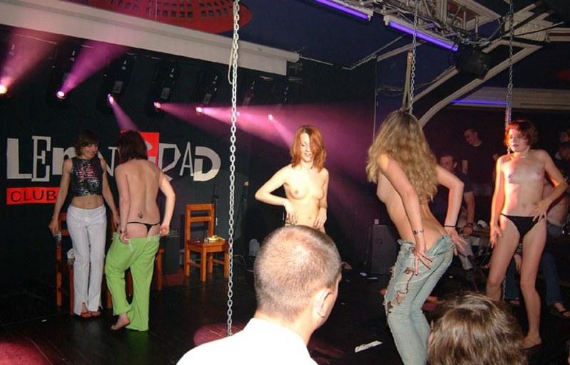 В каком клубе происходит любительский стриптиз