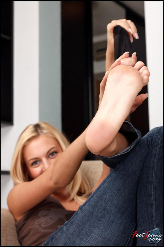 придем девушки показывают свои ноги пока очень