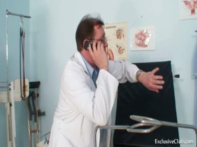 студентки на осмотре у гинеколога видео перед мужем наклоняюсь