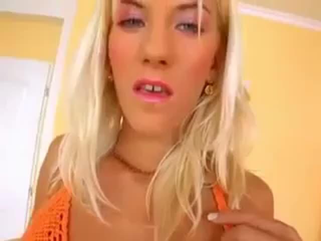 блондинку трахнули в рот полную