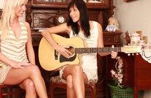 Подружки после занятий гитарой решили развлечься