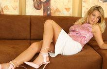 Девчонка с шикарными сиськами расслабляется на диване