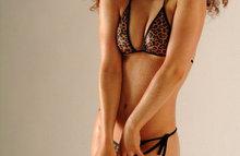 Кудрявая сучка не стесняется показывать свою грудь