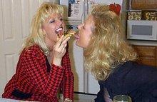 Зрелые подружки развлекаются перед приходим их любовников