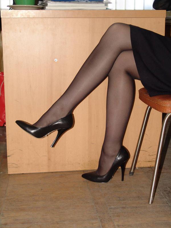 мужчины щупают за полненькие ноги в колготках-би1