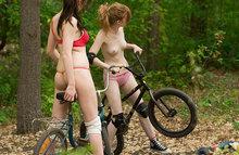 Голые девки седлают велики - а ты седлаешь голых девок!!