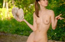 Соблазнительная девушка на природе
