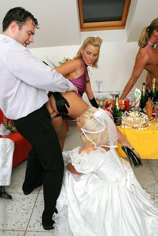 nevesta-na-svadbe-ebetsya-video