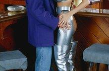 Грудастая самка в серебристых штанах трахается с барменом