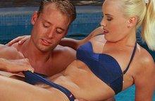 Секс парня со своей подругой в бассейне
