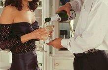 Чувак облил гостью шампанским и поимел ее