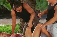Сексуальная сучка была оттрахана двумя парнями под пальмой
