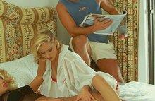 Развратные девушки в нижнем белье удовлетворяет самца