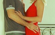 Молодуха в красном платье занимается сексом с пацаном