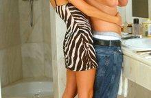 Тощая блондинка трахается с парнем в ванной