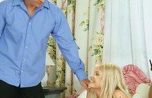 Блондинка в чулочках трахается в попочку