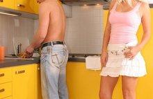 Утренний секс с блондинкой на кухне