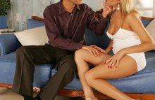 Мужик сосется с блондинкой прямо во время секса