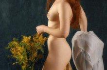 Рыжая модель с букетом цветов