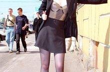 Русские девушки показывают прохожим буфера