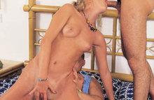 Два чувака наказали симпотичную блондинку