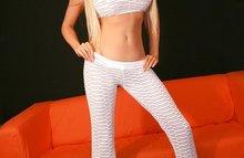 Сексуальная красотка в белых штанишках
