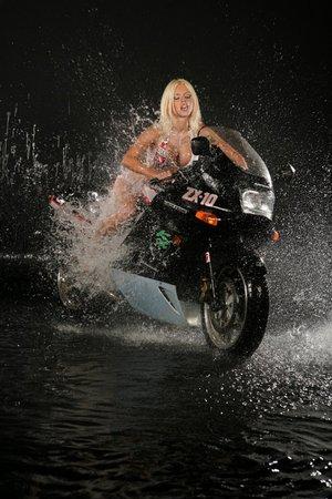 golaya-model-na-mototsikle