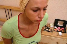 Порно актрисам наносят макияж