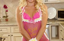 Обаятельная блондинка на кухне