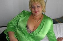 Жирная леди показывает обвисшие сиськи