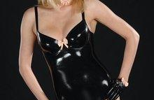 Ухоженная блондинка в латексе