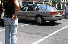 Женщины гуляют в джинсах по улице