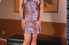 Женщина с ярко рыжими волосами в сексуальном платье