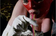Пробует на вкус говно и пьет через трубочку мочу