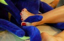 Мастурбируют ногами