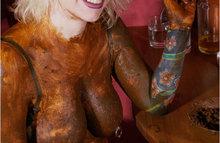 Страшная блондинка ужасно любит кал