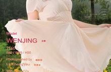 Симпатичная шатенка в бежевом платье