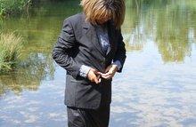 Офисная азиатка промочила костюм в воде