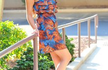 Красивая брюнетка в цветном платье
