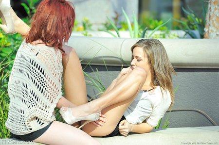 Відео лесбиянки в юбке дает рот