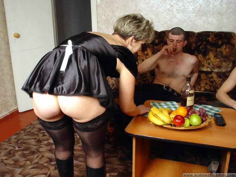 Секс с прислугой на русском, свингеры кончают в чужих жен