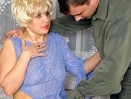Упитанная блондинка отсасывает пенис