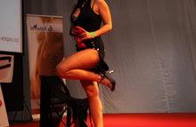 Танцует стриптиз в ночном клубе