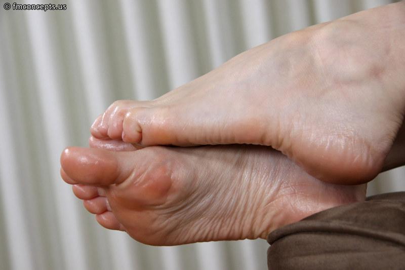 Женские ступни крупным планом фото