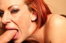 Рыжая женщина хорошо сосет