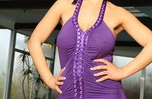 Фиолетовое платье обтягивает сиськи