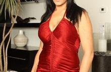Симпотная брюнетка в красном платье