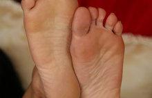 Девка показывает свои чистые ступни