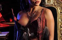 Сексапильная леди в бордовом платье