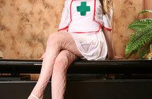 Зажигательная медсестра с длинными ножками
